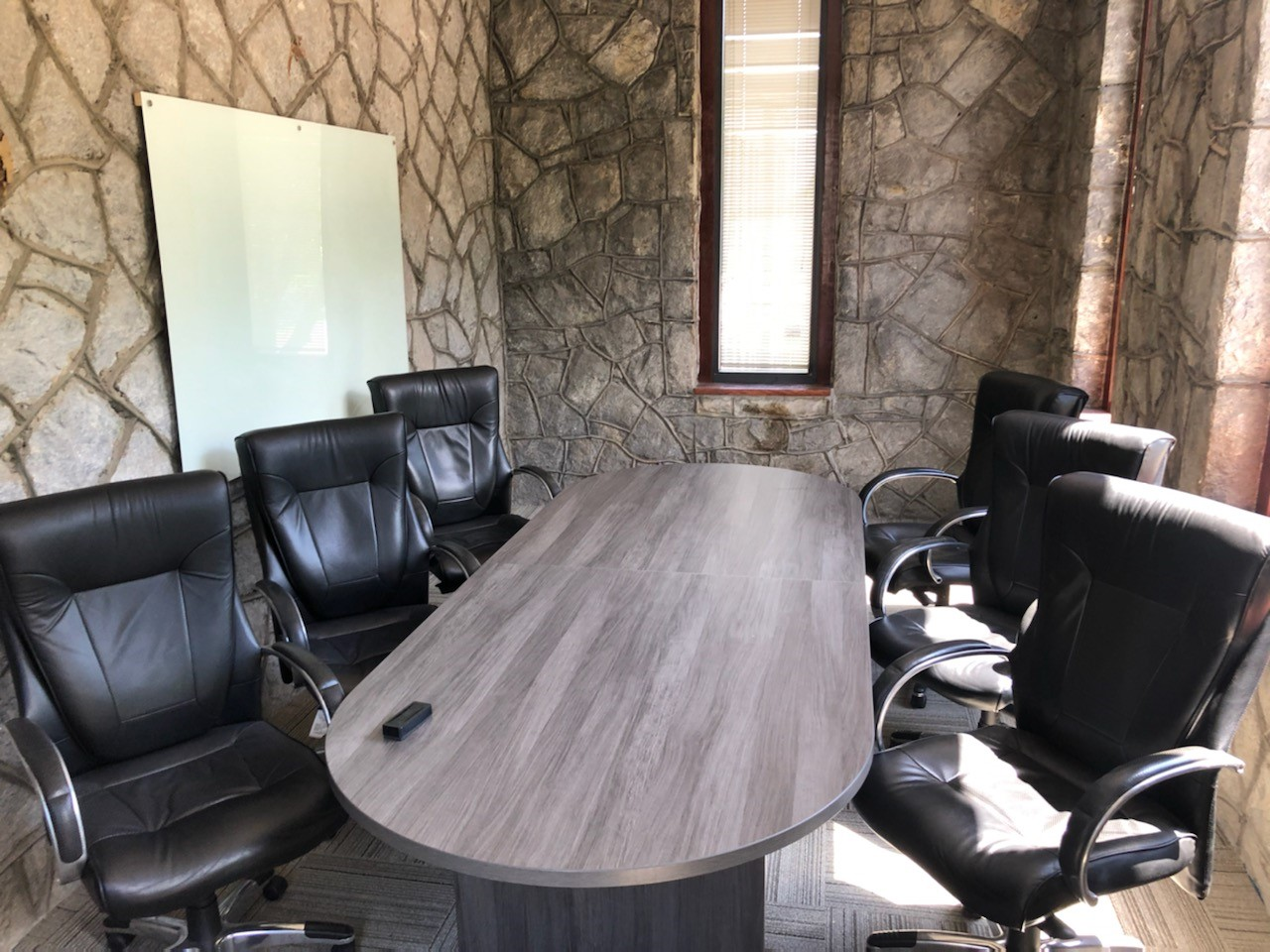 Small conference room that seat 4 to 6 people